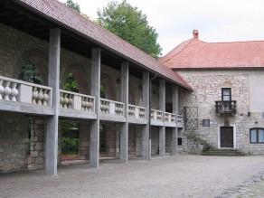 Dvorišče ribniškega gradu (fotograf: Janez Novak)